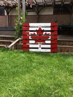 Pallet flag-need to make this for next year's Canada Day! Diy Wood Projects, Outdoor Projects, Wood Crafts, Diy And Crafts, Outdoor Decor, Pallet Flag, Pallet Art, Canada Day 150, Canada Eh