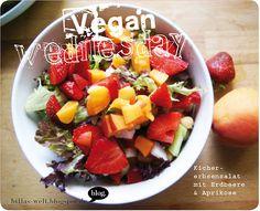 Erdbeermüsli mit Vanillesoße, Kichererbsensalat mit Erdbeere und Aprikose, Gemüseröllchen mit Salat