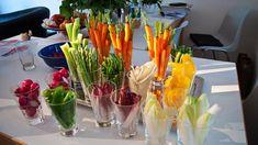 Verdure fresche di stagione affettate per la bagna cauda. Ingredienti.