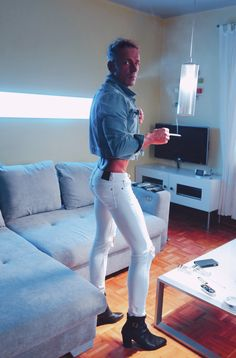 super skinny white jeans, boots and croptop vest smokergay Stefan Leipzig Superenge Jeans, Jeans And Boots, White Skinny Jeans, Mens Super Skinny Jeans, Men's Vans, Vans Men, Blond Amsterdam, Leather Trousers, Mens Fashion Suits