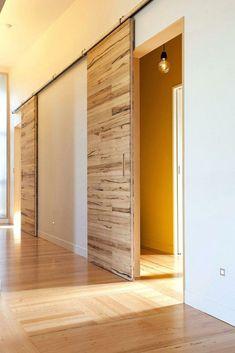 Puertas corredizas para interiores, tendencias nuevas + 30 ejemplares de diferentes estilos   Mundo Fachadas Sliding Door Design, Sliding Barn Door Hardware, Door Latches, Sliding Wall, Design Innovation, Barn Style Doors, Diy Barn Door, Diy Door, Modern Barn