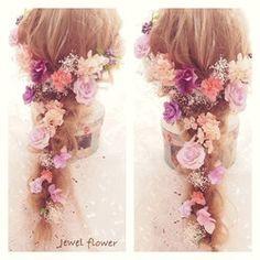 印象をがらりと変えてくれるヘッドドレス。大人可愛くおしゃれな花嫁姿を演出してくれます。クシュクシュとした質感が可愛い紫陽花をたっぷりとほどこした、紫のグラデーションが大人可愛いヘッドパーツセット。プリザーブドフラワーのかすみ草を入れることでふんわり優しい雰囲気を作り出します。紫陽花・かすみ草・実モノ合わせて15点setなのでボリュームあるヘアアレンジが可能です。お花はIピン仕上げでパーツ別になっていますのでお好きな場所にピンポイントで着けることができ、髪の毛を下ろして花冠風やアップにして両サイドに…など自由にアレンジが可能です♪高品質のアーティシャルフラワー・プリザーブドフラワーを使用しているので前撮りにも、当日にもお使いいただけます。**オリジナルギフトBOXに入れてお届け致します**おしゃれなギフトBOXなので、結婚お祝いのプレゼントにもピッタリです。(BOX画像の中身はサンプルです)内 容 ::: あじさい×8(アーティフィシャルフラワー)・実もの×2(アーティフィシャルフラワー)・かすみ草(プリザーブドフラワー)×5…