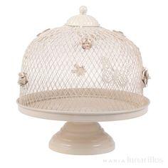Stand para tartas de metal, de excelente calidad. Con elegante diseño, su campana es de metal y cuenta con bonitas decoraciones de flores y mariposas.  Se recomienda lavar a mano.