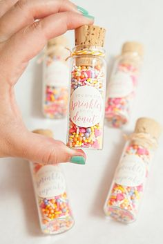 Best DIY Sprinkle Party Favors Ever! - Katharina Moritz - Best DIY Sprinkle Party Favors Ever! Donut Party, Donut Birthday Parties, Birthday Party Themes, First Birthday Games, Birthday Ideas, Cupcake Party, Frozen Birthday, Babyshower Party, Sprinkle Party