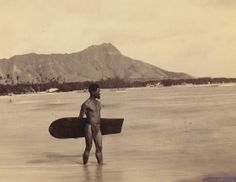 """Photo of surfer wearing traditional garb with Diamond Head in the background. Oahu, Hawaii This is the first known photograph ever taken of a surfer. """"The history of surfing in Hawaii tells that. Vintage Photographs, Vintage Photos, Surf Session, Wow Photo, Picture Stand, Hawaii Surf, Hawaii Life, Hawaii Travel, Photo Vintage"""