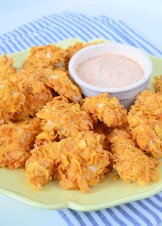 Met een recept om zelf kipnuggets te maken zet je heel eenvoudig een schaal vol krokante kipstukjes op tafel. Voor bij de borrel of bij een maaltijd.