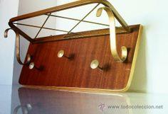 Perchero vintage, años 60, con tres colgadores metálicos en dorado y soporte superior con varillas metálicas para sombreros. Perfilado en dorado, estilo retro, 69 €