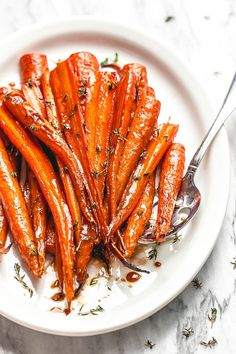Honey Balsamic Roast Honey Balsamic Roasted Carrots - - These roasted carrots are the perfect side dish for your Sunday roast or an easy side for a holiday table. Balsamic Carrots, Honey Balsamic Glaze, Carrot Recipes, Vegetable Recipes, Healthy Recipes, Oven Roasted Carrots, Recipe For Marinated Carrots, Marinated Tomatoes, Carrots In Oven