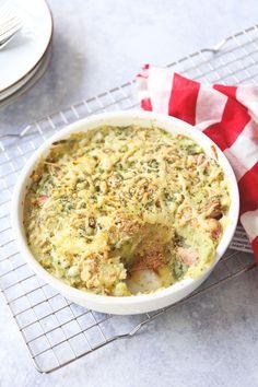 Ovenschotel met prei, aardappel en rookworst. Een lekkere ovenschotel die makkelijk is om te maken en vrij snel op tafel staat. Lekker met wat geraspte kaas over de bovenkant. Klik op de foto voor het recept. Dutch Recipes, Cooking Recipes, Typical Dutch Food, Dinner For 2, Oven Dishes, Meat Lovers, Diy Food, Hummus, Macaroni And Cheese