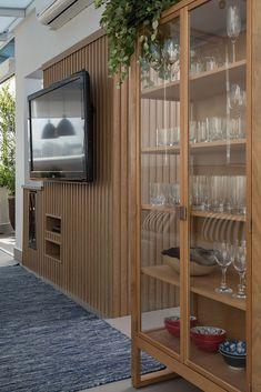 traditional home decor Home Design Decor, Home Interior Design, Interior Decorating, House Design, Small Apartment Design, Small Apartments, Wet Bar Cabinets, Modern Home Bar, Tv Wall Design