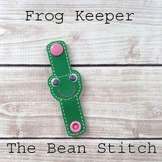 Frog - KEEPER #thebeanstitch #beanstitchers #TBS #ith #inthehoop #machineembroidery #felties #feltie #embroidery #digitaldownload #keyfobs #bagtag #diy #snaptab #snapbean #handmade #vinyl #felt #craft #etsy #shopsmall #embroiderygift #keeper #travel #everyday #design #multipurpose #versatile Embroidery Software, Machine Embroidery Designs, Kam Snaps, Glitter Vinyl, Key Fobs, Design Files, Free Design, Geek Stuff, Tbs