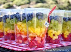 Rainbow Fruit Cups {Healthy Snack for Children} by MyLittleCornerOfTheWorld Summer Snacks, Healthy Snacks For Kids, Healthy Treats, Healthy Eating, Healthy Recipes, Snacks For Beach, Fun Snacks For Kids, Healthy Food, Snacks Für Party