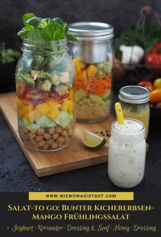 (Werbung) Ich liebe Meal-Prep!! So einen Salat to-go kann man sich abends prima vorbereiten und am nächsten Tag mit zur Arbeit nehmen. Zum Kichererbsen-Mango Frühlingssalat mit allerlei buntem Gemüse habe ich auch noch zwei köstliche Dressings kredenzt (Joghurt-Koriander-Dressing & Senf-Honig-Orangen-Dressing).  #mealprep #salattogo #dressing #vegan Dip Recipes, Cooking Recipes, Salat To Go, Colorful Vegetables, Quinoa Bowl, Spring Salad, Food Blogs, International Recipes, Coriander