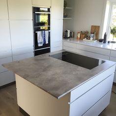 Levert av Lenngren Naturstein - Moderne Kjøkken inspirasjon med Marmor naturstein benkeplate / kjøkkenøy - Modern design kitchen ideas with marble countertop / kitchen island