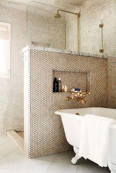 """Дизайн маленькой ванной комнаты: 35 секретов оформления (фото) http://happymodern.ru/malenkaya-vannaya-komnata-vybiraem-dizajn-35-foto/ Комната в золотистой мозаике с невысокой перегородкой между ванной и душевойв """"золотой"""" мозаике с разделительной стеной между ванной и душевой"""