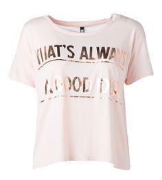 Tekstejä näkyy nyt paljon paidoissa. Metallinhohto varastaa katseet. 14,95€ Mens Tops, T Shirt, Women, Fashion, Supreme T Shirt, Moda, Tee Shirt, Fashion Styles, Fashion Illustrations