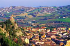 Vista da cidade de Brisighella, região da Emilia Romana, província de Ravena, Itália. A cidade medieval tem três colinas nas quais foram construídos: o castelo Rocca Manfredi, de 1300, a Torre do Relógio e o Santuário Montecino.  Fotografia:S. Cantoni.