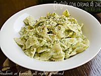 Il pesto di zucchine e mandorle è un condimento delizioso per primi piatti. Ideale anche per crostini o da gustare con grissini e prosciutto. Ricetta veloce