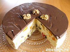 """""""Mørk hemmelighet"""" er en kjempepopulær, norsk fromasjkake som mange er veldig glad i! Det spennende, mørke ytterlaget består av fristende, kjempedeilig, hjemmelaget sjokoladepudding. Sjokoladepuddingen skal egentlig dekke hele kaken for å gjøre den mørk og mystisk. Som du ser på bildet, fikk jeg ikke til å dekke mer enn toppen av kaken med sjokoladepuddingen, selv etter flere forsøk. Kakens hovedinnhold - som i kontrast til det mørke består av kremhvit, søt og fruktig fromasj - ble ... Pudding Desserts, No Bake Desserts, Norwegian Food, Sweets Cake, Mousse Cake, Gluten Free Cakes, Something Sweet, Yummy Cakes, No Bake Cake"""