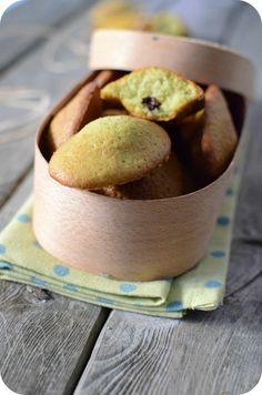 J'ai un pot de pâte de pistaches dans le frigo et il faut absolument la liquider ! Après mes tartelettes aux quetsches et pistaches, je vide à moitié le pot pour des madeleines qui s'avèrent un délice surtout avec un petit morceau de chocolat noir à l'intérieur...