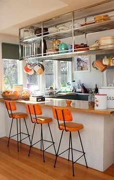 The Caulfield home of Shelley and Lance Davis and family. The Design Files August 25 Secret Design Studio knows Mid-Century Modern Architecture. Orange Kitchen, All White Kitchen, New Kitchen, Kitchen Dining, Kitchen Stools, Beautiful Kitchens, Cool Kitchens, Cocina Shabby Chic, Cocinas Kitchen