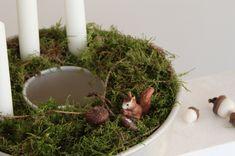 Adventskranz selber machen in einer vintage Backform mit Moos, Sand und Eichhörnchen