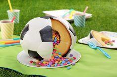Gefüllter Fußballkuchen