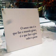 O amor não é que faz o mundo girar, é o que faz o giro valer a pena