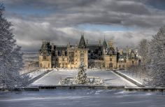 The Biltmore House in the winter. Biltmore Estate Christmas, Oh The Places You'll Go, Places To Visit, American Mansions, Marquise, Historic Homes, France, Beautiful Places, Scenery