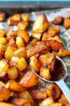 Healthy Recipes These perfectly seasoned roasted potatoes are the perfect side dish! Everyone loves this delicious recipe - it's gluten free and vegan, too. - These perfectly roasted seasoned potatoes are crisp and delicious - the perfect side dish. Crock Pot Recipes, Side Dish Recipes, Vegetable Recipes, Vegetarian Recipes, Cooking Recipes, Healthy Recipes, Healthy Food, Pasta Recipes, Damn Delicious Recipes