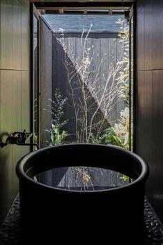 Design Interiors, Home Interior Design, Interior And Exterior, Japanese Bathtub, Sliding Screen Doors, Bathroom Design Inspiration, Relaxation Room, Luxury Homes Dream Houses, Japanese Interior