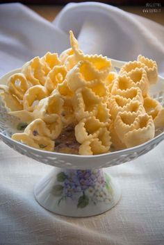 Hanno la forma di piccole fisarmoniche croccanti, profumate di miele e festa. Oggi parliamo delle Origliettas. Trovi tradizione del piatto e ricetta