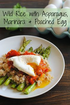 Wild Rice with Asparagus, Fresh Tomato Sauce & Poached Egg - a beautiful, filling vegetarian meal minus the marinara i want! Veggie Recipes, Vegetarian Recipes, Healthy Recipes, Simple Recipes, Clean Eating, Healthy Eating, Wild Rice, Poached Eggs, I Love Food