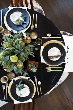 Holiday Entertaining Inspiration: 10 Gorgeous Winter Tablescapes: dramatic effect of using black plates with greens, gold and wood. Luxury Home Accessories, Deco Table Noel, Thanksgiving Centerpieces, Holiday Tablescape, Holiday Dinner, Winter Holiday, Family Holiday, Winter Season, Beautiful Table Settings