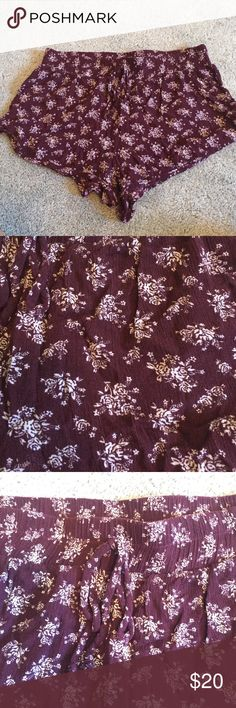 Cute floral loose fitting shorts Drawstring floral pattern perfect condition. I switch between medium and large with brands. This is large but because it's so flowy it fits both - fits M/L Shorts