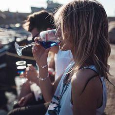Künftig werden wir bei Wein nicht mehr nur an Weiß oder Rot denken, wenn es nach einer Gruppe junger Künstler aus Spanien geht. Sie erobern Europa mit einem blauen Wein und wollen die ganze Branche auf den Kopf stellen. #wine #bluewine #wein #blauerwein #alkohol #alcohol #tasty #interview #feeling