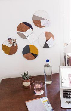 DIY: Corkboards and coasters - Diy Coasters Diy Home Crafts, Diy Crafts For Kids, Diy Home Decor, Diy Memo Board, Diy Wall, Wall Decor, Decoration Gris, Ikea, Diy Coasters