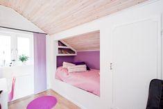 Kinderzimmer mit Dachschräge - Leseecke und Einbauschrank