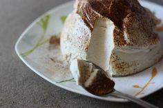 """Dezert """"Neha""""Čarovný delikátny dezert     200 g kondenzovaného mlieka  0.5 studenej kávy  250 g šľahačka  rozpustná káva alebo kakao"""
