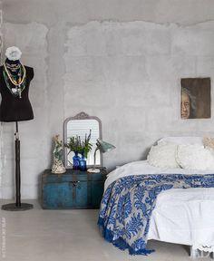 Спальня. Круглую кровать хозяйка везла из городской квартиры на время, но она… Industrial Loft, House Tours, Comforters, Blanket, Modern, Inspiration, Furniture, Interior Ideas, Home Decor