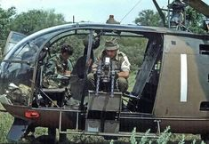 Rhodesian Alouette III force monitor aircraft preps it's twin caliber machine guns. Military Photos, Military History, Military Art, Augusta Westland, Alouette, South African Air Force, Pilot, Military Helicopter, Korean War