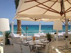 ☀️ Beachrestaurant Atzaro. Cala Nova. Es Canar. Hoog gelegen boven het strand. Tel. 971 078 228