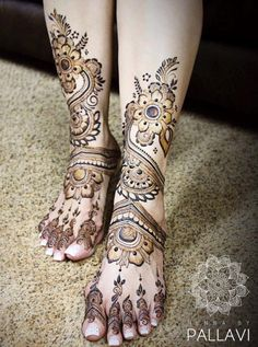 30 Mind Blowing Leg And Foot Mehndi Designs For Brides! Arabic Bridal Mehndi Designs, Mehandi Design For Hand, Peacock Mehndi Designs, Henna Tattoo Designs Arm, Mehndi Designs Feet, Indian Mehndi Designs, Legs Mehndi Design, Beautiful Mehndi Design, Mehndi Design Images
