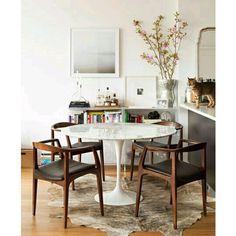 4.Usa mesas redondas:  Te ayudaran a ahorrar espacio, quedan perfecto entre la cocina y la sala. Hay diferentes materiales: madera, fibra de vidrio, cristal, etc. Te recomendamos la MesaTulipan.  #ConsejosParaEspaciosPequeños #decoración #decor #InteriorDesign