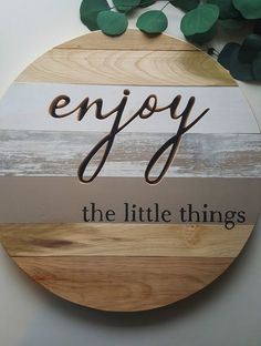Enjoy the little things Wooden Sign, Living Room Sign, Family Room, Shabby Chic, farmhouse decor Crafts To Sell, Diy Crafts, Diy Wood Signs, Painted Wooden Signs, Pallet Signs, Wood Rounds, Diy Holz, Wood Tray, Room Signs