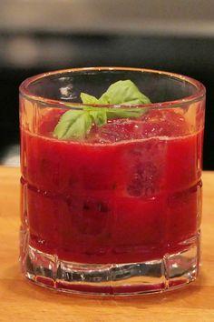 Une boisson rafraîchissante et gourmande ! Pleins de fruits rouges, du basilic et un peu de vodka.  #cocktail #smoothie #fruitsrouges #fruits #boisson #recette Lolo, Vodka Cocktails, Shot Glass, Tableware, Lime Juice, Red Berries, Raspberry, Vodka Recipes, Drinks