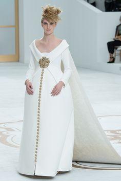 Le défilé Chanel haute couture automne-hiver 2014-2015 http://www.vogue.fr/mariage/tendances/diaporama/les-robes-blanches-de-la-haute-couture/19558/image/1035711