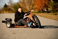 Vorne Motorrad, hinten Kart: So sieht ein Big Wheel Drift Trike aus. Normalerweise treibst du ein solches Fahrzeug mit Pedalen an, weshalb es eher für Kinder geeignet ist. Ein besonders spektakuläres Exemplar für das Kind im Mann haben die Jungs von SFD In