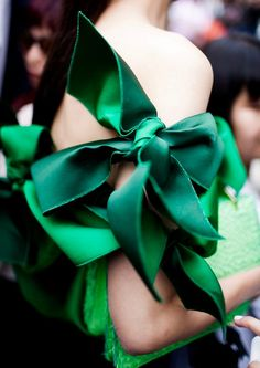 Paris Haute Couture fashion week F/W street style green bows Fashion Details, Look Fashion, Fashion News, Couture Details, Tokyo Fashion, Fashion Trends, Color 2017, Style Vert, Laurel