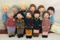 Ces petites poupées sont tricotées avec des restes de laine. Elles sont décorées de broderies, perles et boutons. Leurs yeux sont brodés. Elles mesurent environ 13 cm. Elles s - 19766012